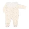 Babygrow de bebé pérola com estrelas estampadas e bola em tecido branco com renda.