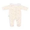 Vista de costas de babygrow de bebé pérola com estrelas estampadas e bola em tecido branco com renda.