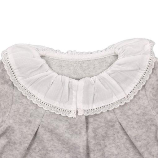 Gola em tecido branco de babygrow para bebé de cor cinzento.