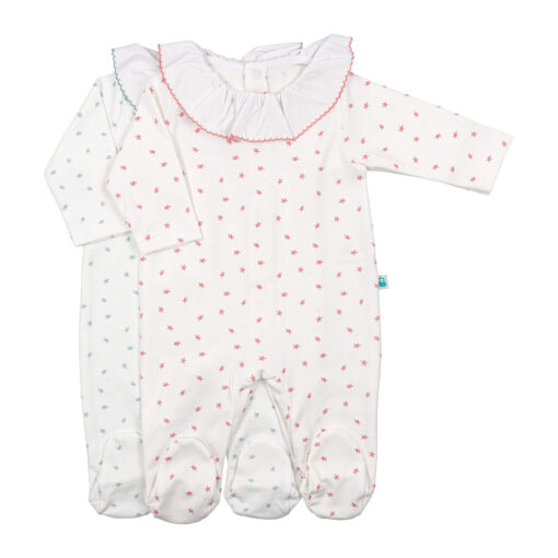 Dois babygrows de bebé em branco cru com padrão de estrelas azuis ou rosa.