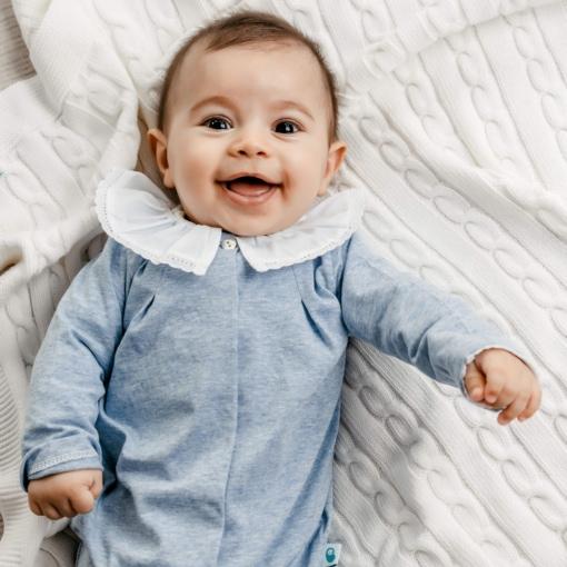 Bebé deitado vestido com babygrow.