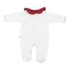 Vista de costas de babygrow de bebé branco com a gola e os pés em tecido xadrez de tons vermelhos.
