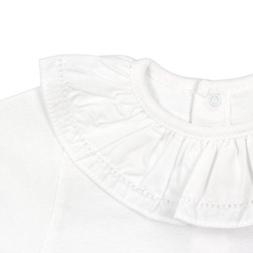 Gola em tecido de body de bebé branco.