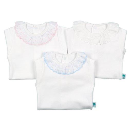 Bodies de bebé com gola em renda espanhola de cor branca, azul claro e rosa claro.