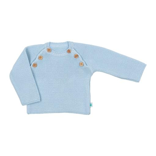 Vista de frente camisola azul para bebé. Aperta de cada lado com 3 botões de madeira.