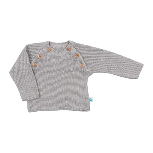 Vista de frente camisola cinzenta para bebé. Aperta de cada lado com 3 botões de madeira.
