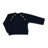 Vista de frente camisola azul marinho para bebé. Aperta de cada lado com 3 botões de madeira.