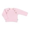 Vista de frente camisola rosa para bebé. Aperta de cada lado com 3 botões de madeira.