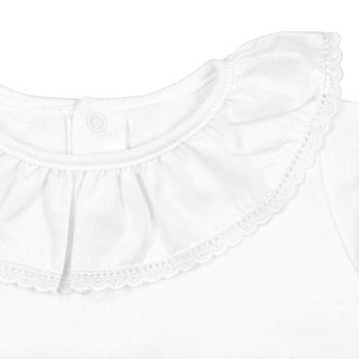 Gola em bordado inglês de camisa de bebé branca.