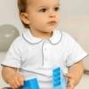 Bebé com camisola de manga curta com pormenor azul marinho na gola