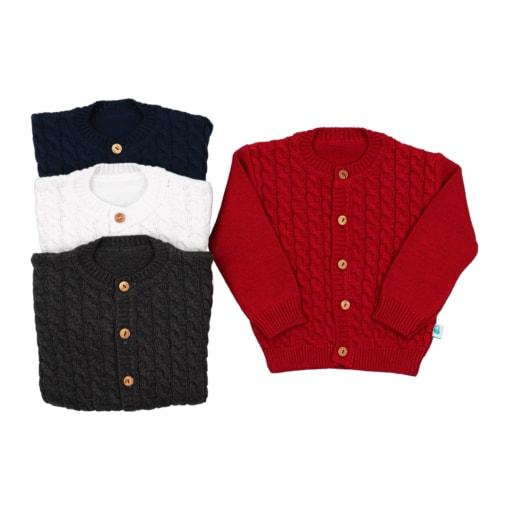 Casaco de malha para bebé com tranças na frente. Casaco na cor vermelho, azul marinho, cinzento escuro e branco.