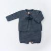 Conjunto de malha composto por fofo e casaco para bebé em cinzento escuro.