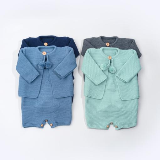 Conjunto de malha composto por fofo e casaco para bebé em azul marinho, azul inglês, verde e cinzento.