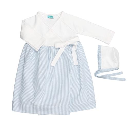 Conjunto de cueiro de bebé com touca. Em tecido branco com riscas de cor azul clara.