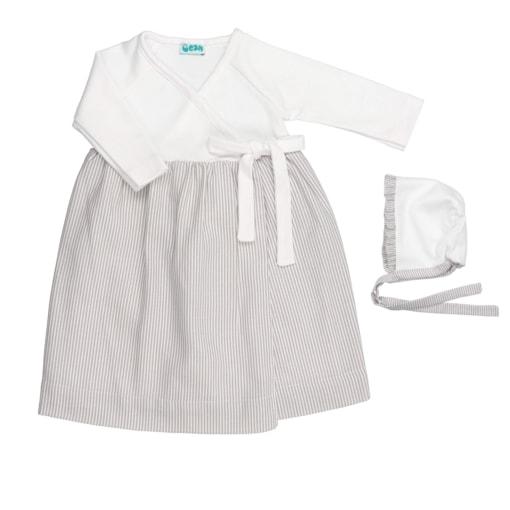 Conjunto de cueiro de bebé com touca. Em tecido branco com riscas de cor cinzenta.
