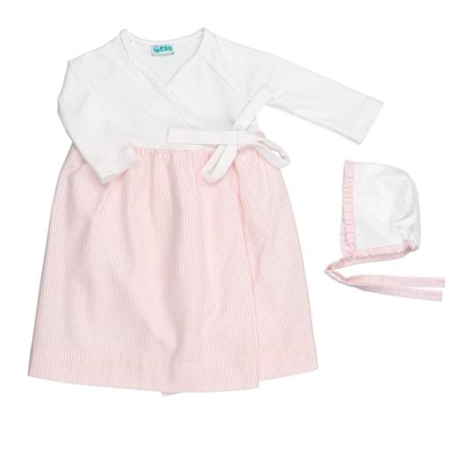 Conjunto de cueiro de bebé com touca. Em tecido branco com riscas de cor rosa claro.
