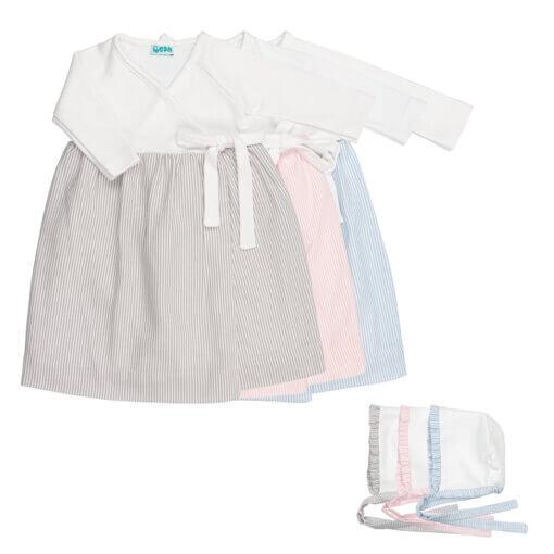 Conjunto de três cueiros de bebé com touca a acompanhar. Está disponível em azul claro, cinzento e rosa claro.