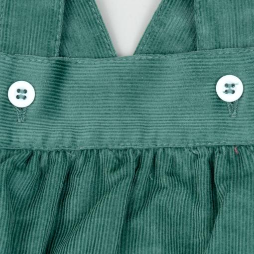 Pormenor fofo de bebé em bombazine verde.