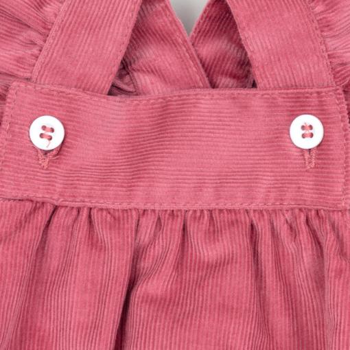 Pormenor fofo de bebé em bombazine cor de rosa.