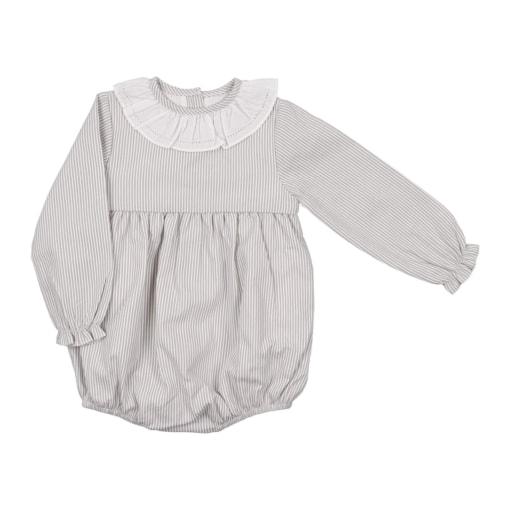 Fofo de bebé com as mangas compridas feito em tecido de algodão cinzento com riscas brancas. Tem gola em tecido.
