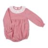 Fofo de bebé com as mangas compridas feito em tecido de algodão vermelho com riscas brancas. Tem gola em tecido.