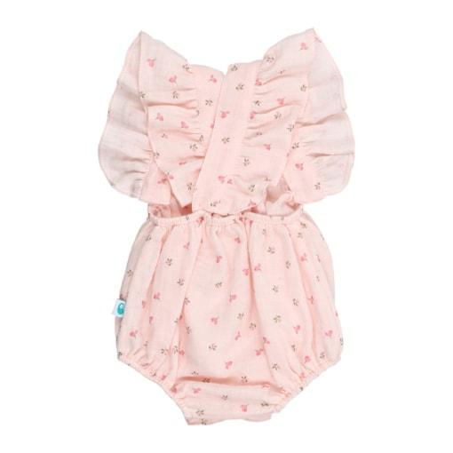 Vista de costas de fofo de bebé em tecido rosa com estampado em flores. Tem folhos nas alças e é feito em tecido 100% algodão orgânico.