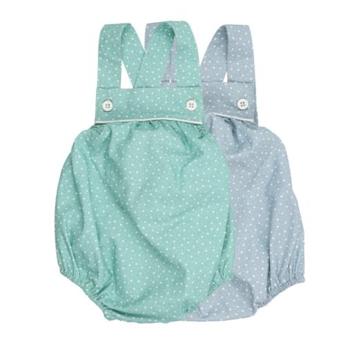Conjunto de dois fofos de bebé em tecido de algodão verde claro e azul claro com um padrão de estrelas brancas estampado. Tem botões de massa branca nas alças.