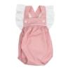 Fofo de bebé em tecido de algodão rosa claro com um padrão de estrelas brancas estampado. Tem botões de massa branca e folhos nas alças.