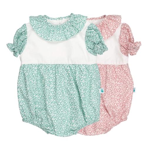 Conjunto de dois fofos de bebé com manga curta com folhos. Sãofeitos em tecido rosa claro e verde claro com padrão de flores brancas estampado e tem a gola em tecido a condizer.