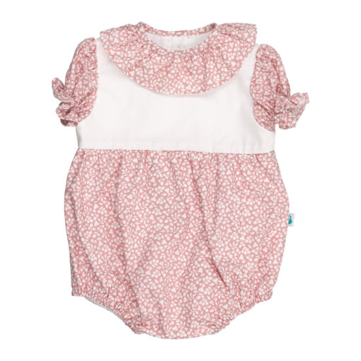 Fofo de bebé com manga curta com folhos. É feito em tecido rosa claro com padrão de flores brancas estampado e tem a gola em tecido a condizer.