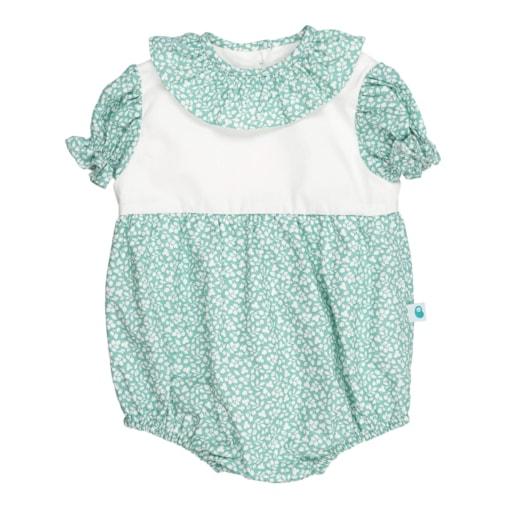 Fofo de bebé com manga curta com folhos. É feito em tecido verde claro com padrão de flores brancas estampado e tem a gola em tecido a condizer.