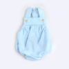 Fofo de bebé azul claro em fazenda com botões de madeira nas alças.
