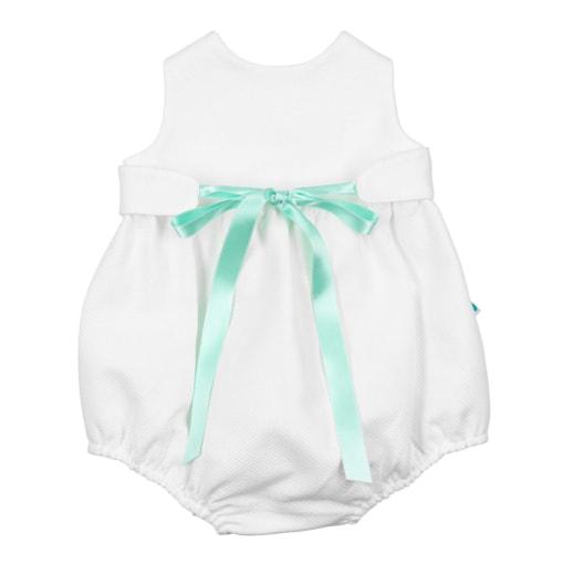 Fofo de bebé em tecido piquet branco com uma fita de cetim de cor verde.