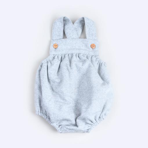 Vista de frente de fofo de bebé com alças em fazenda de cor cinzenta mesclado. Tem os botões nas alças em madeira.