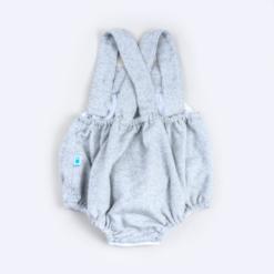 Vista de costas de fofo de bebé em fazenda cinzenta mesclado mostrando as alças a cruzar nas costas.