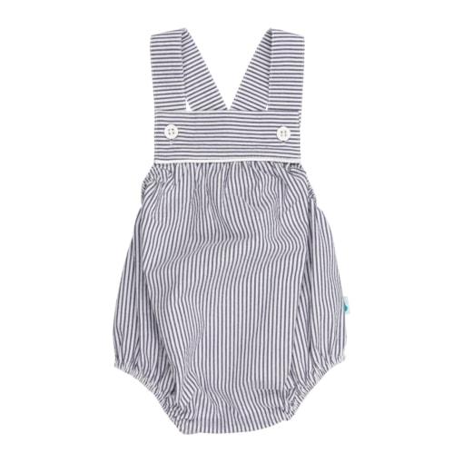 Fofo de bebé azul com riscas brancas. Tem molas de pressão no entrepernas e botões de massa brancos nas alças.