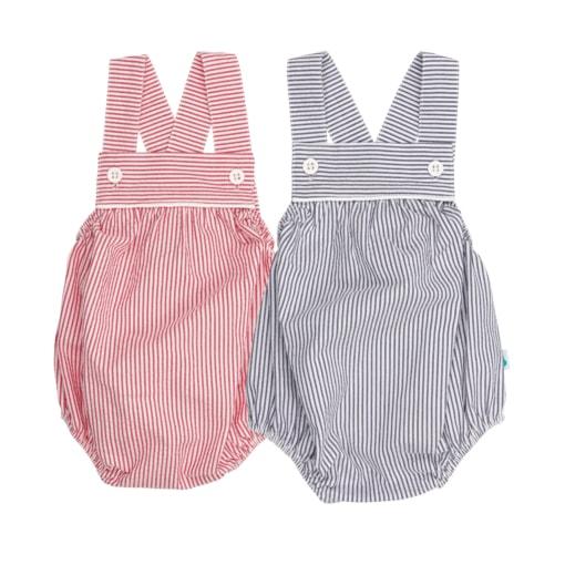 Conjunto de dois fofo de bebé às riscas vermelhas e branco e azul e branco. Tem botões de massa brancos nas alças.
