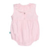 Vista de costas de fofo de bebé às riscas rosa e branco sem manga com gola em tecido e renda grega.