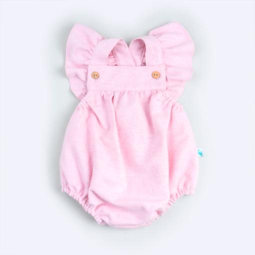Fofo de bebé em fazenda rosa claro com folhos nas mangas e botões de madeira nas alças.