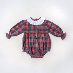 Vista Frente de Fofo bebé com manga comprida. Tecido em xadrez e golinha em tecido.