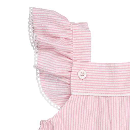 Alças com folho e renda grega branca de jardineiras de bebé em tecido crepon rosa com riscas brancas.