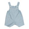 Jardineiras de bebé com perna curta em tecido de algodão de cor azul com estampado de flores brancas. Tem botões de massa branca.