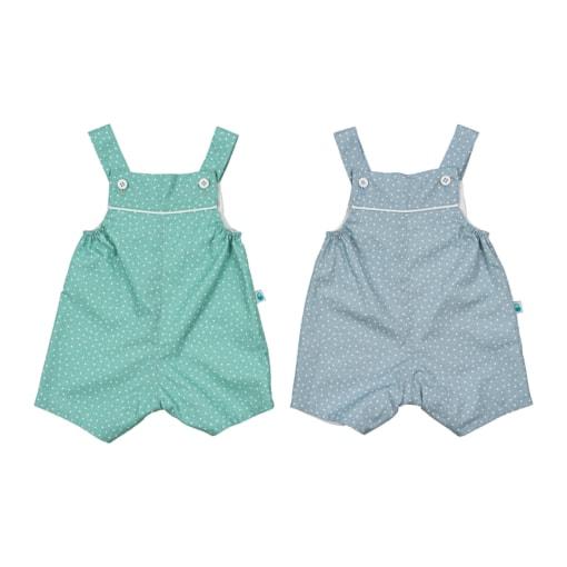 Conjunto de duas jardineiras de bebé com tecido de algodão com flores brancas estampadas, uma em azul e outra em verde.
