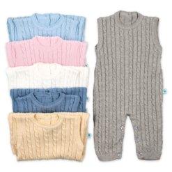 Jardineiras de malha de bebé com tranças e sem mangas feitas em algodão. Disponíveis em cinco cores, azul claro, azul petróleo, cinzento, branco cru e amarelo.