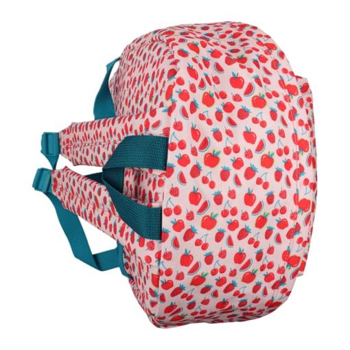 Vista de cima de mochila de criança com frutos vermelhos.