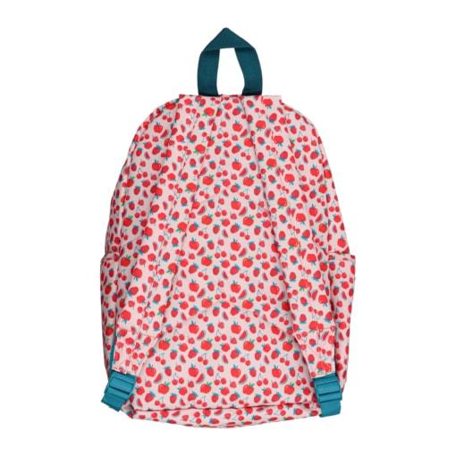 Vista de trás de mochila de criança com frutos vermelhos.