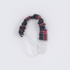 Porta chupetas para bebé em tecido xadrez vermelho com o fecho em plástico transparente.