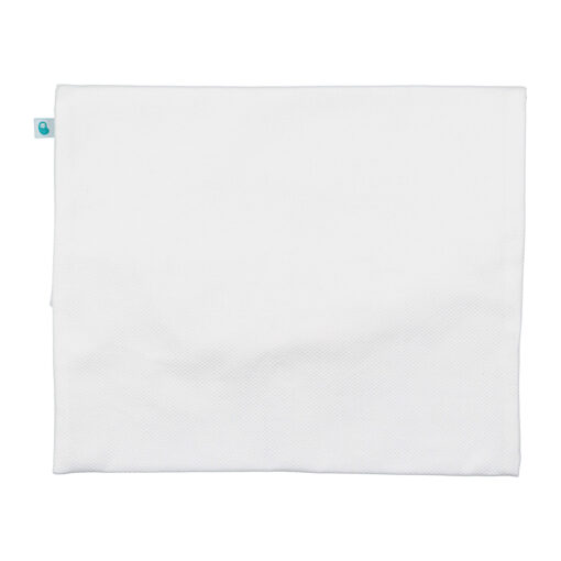 Vista de trás de saco de primeira roupa para bebé em tecido piquet branco.