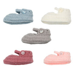 Conjunto de cinco sapatinhos de lã para recém nascido em diferentes cores.