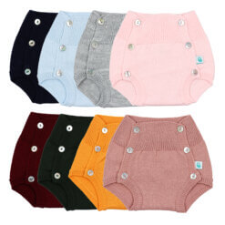 Conjunto de oito tapa fraldas de bebé com a cintura subida em malha e botões de madrepérola.